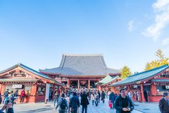 TOKIO 28 DE NOVIEMBRE: Gente apretada en el templo budista Sensoji en Tokio Fotos de archivo libres de regalías