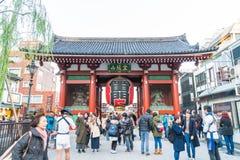 TOKIO 28 DE NOVIEMBRE: Gente apretada en el templo budista Sensoji en Tokio Foto de archivo