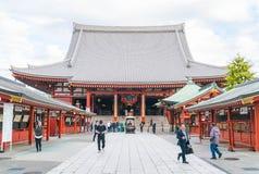 TOKIO 16 DE NOVIEMBRE: Gente apretada en el templo budista Sensoji en Novem Imagen de archivo libre de regalías