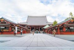 TOKIO 16 DE NOVIEMBRE: Gente apretada en el templo budista Sensoji en Novem Fotos de archivo libres de regalías