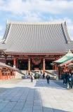 TOKIO 16 DE NOVIEMBRE: Gente apretada en el templo budista Sensoji en Novem Foto de archivo libre de regalías