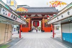 TOKIO 16 DE NOVIEMBRE: Gente apretada en el templo budista Sensoji en Novem Imagenes de archivo