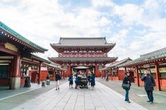 TOKIO 16 DE NOVIEMBRE: Gente apretada en el templo budista Sensoji en Novem Fotos de archivo