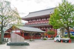 TOKIO 16 DE NOVIEMBRE: Gente apretada en el templo budista Sensoji en Novem Imágenes de archivo libres de regalías