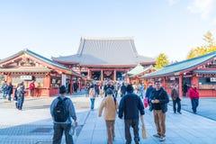 TOKIO 28 DE NOVIEMBRE: Gente apretada en el templo budista Sensoji en Tokio Fotografía de archivo libre de regalías
