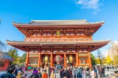 TOKIO 28 DE NOVIEMBRE: Gente apretada en el templo budista Sensoji en Tokio Imagenes de archivo