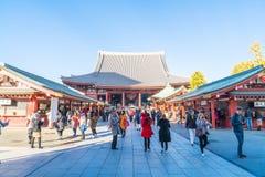 TOKIO 28 DE NOVIEMBRE: Gente apretada en el templo budista Sensoji en Tokio Imágenes de archivo libres de regalías