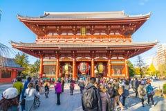 TOKIO 28 DE NOVIEMBRE: Gente apretada en el templo budista Sensoji en Tokio Imagen de archivo libre de regalías