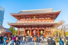 TOKIO 28 DE NOVIEMBRE: Gente apretada en el templo budista Sensoji en Tokio Imagen de archivo