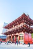 TOKIO 28 DE NOVIEMBRE: Gente apretada en el templo budista Sensoji en Tokio Foto de archivo libre de regalías