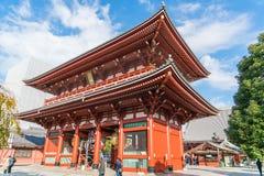 TOKIO 16 DE NOVIEMBRE: Gente apretada en el templo budista Sensoji en Novem Fotografía de archivo