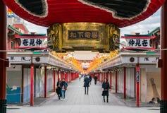 TOKIO 16 DE NOVIEMBRE: Gente apretada en el templo budista Sensoji en Novem Foto de archivo
