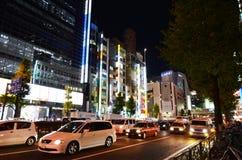 TOKIO - 23 DE NOVIEMBRE: Vida en las calles en el distrito de Shinjuku Imagen de archivo