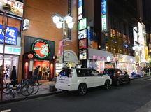 TOKIO - 23 DE NOVIEMBRE: Vida en las calles en Shinjuku Imagen de archivo libre de regalías