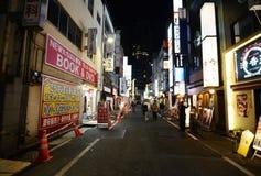 TOKIO - 23 DE NOVIEMBRE: Vida en las calles en Shinjuku Imágenes de archivo libres de regalías