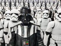 TOKIO, JAPÓN, Akihabara, 10 - julio de 2017: La exposición modela las figuras stormtroopers y Darth Vader de las Guerras de las G