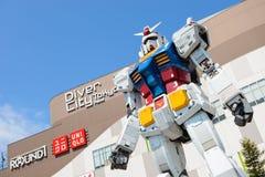 Tokio, Japón - 2 de abril de 2015: Estatua de Gundam delante del buceador City Plaza en Odaiba Fotografía de archivo libre de regalías