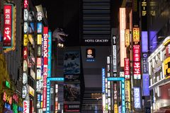 Tokio, Japón - 24 de abril de 2017: Opinión de la calle de la noche de Kabukicho d Imagen de archivo