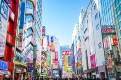 Tokio, Japón - 31 de diciembre de 2016: El colorido firma adentro Akihabara El distrito electrónico se ha desarrollado en un área Imágenes de archivo libres de regalías