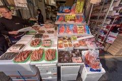 TOKIO, JAPÓN - 28 DE ENERO DE 2017: Calle de las compras de Ameyoko en Tokio Ameyoko es una calle de mercado ocupada a lo largo d Fotos de archivo