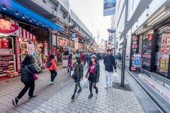 TOKIO, JAPÓN - 28 DE ENERO DE 2017: Calle de las compras de Ameyoko en Tokio Ameyoko es una calle de mercado ocupada a lo largo d Foto de archivo libre de regalías