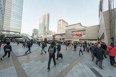 TOKIO, JAPÓN - 28 DE ENERO DE 2017: Distrito de Akihabara en Tokio Tiendas y gente del Local Estación de Akihabara Imagen de archivo
