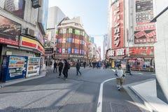 TOKIO, JAPÓN - 25 DE ENERO DE 2017: Distrito de Tokio Shinjuku, calle Fotos de archivo
