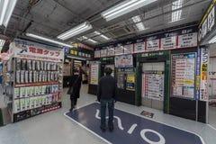 TOKIO, JAPÓN - 25 DE ENERO DE 2017: El distrito de Tokio Shinjuku, hace compras interior Fotografía de archivo