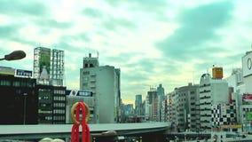 Tokio, Japón 20 de enero de 2014: El tráfico delante de la estación y de la nube que se mueven, vídeo de Ueno del lapso de tiempo