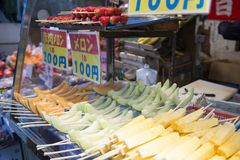 TOKIO, JAPÓN - 24 DE FEBRERO DE 2016: variedad de fruta fresca Fotos de archivo libres de regalías