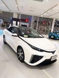 Tokio, Japón - 2 de julio de 2018: Toyota Mirai es un vehículo híbrido de la pila de combustible del hidrógeno exhibido en la exp imagen de archivo