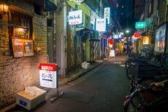 TOKIO, JAPÓN 28 DE JUNIO - 2017: Barras tradicionales de la calle trasera en Shinjuku Gai de oro El gai de oro consiste en 6 call Fotografía de archivo libre de regalías