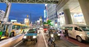 TOKIO, JAPÓN - 1 DE JUNIO DE 2016: Edificios y tráfico en Shibuya T Imagen de archivo