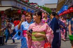 TOKIO, JAPÓN 28 DE JUNIO - 2017: El womanposing no identificado para la cámara en el templo budista Sensoji en Tokio, Japón E Imágenes de archivo libres de regalías