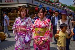 TOKIO, JAPÓN 28 DE JUNIO - 2017: El womanposing no identificado para la cámara en el templo budista Sensoji en Tokio, Japón E Imagen de archivo
