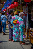 TOKIO, JAPÓN 28 DE JUNIO - 2017: Gente no identificada que mira las tiendas en el templo budista Sensoji en Tokio, Japón Foto de archivo libre de regalías