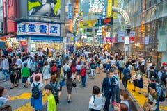 TOKIO, JAPÓN 28 DE JUNIO - 2017: La muchedumbre de gente en calle de las compras cerca de Shibuya, es una del ` s de Tokio más co Foto de archivo