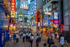 TOKIO, JAPÓN 28 DE JUNIO - 2017: La muchedumbre de gente en calle de las compras cerca de Shibuya, es una del ` s de Tokio más co Imagenes de archivo