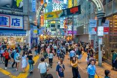 TOKIO, JAPÓN 28 DE JUNIO - 2017: La muchedumbre de gente en calle de las compras cerca de Shibuya, es una del ` s de Tokio más co Fotos de archivo
