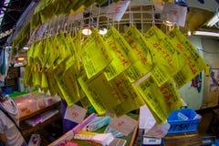 TOKIO, JAPÓN 28 DE JUNIO - 2017: Las muestras amarillas informativas en el Tsukiji venden al por mayor el mercado de los mariscos Imagen de archivo
