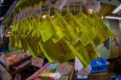 TOKIO, JAPÓN 28 DE JUNIO - 2017: Las muestras amarillas informativas en el Tsukiji venden al por mayor el mercado de los mariscos Fotos de archivo libres de regalías