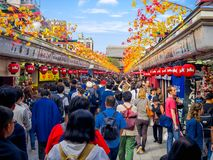 TOKIO, JAPÓN 28 DE JUNIO - 2017: Muchedumbre de gente que mira las tiendas en el templo budista Sensoji en Tokio, Japón E Imagen de archivo libre de regalías
