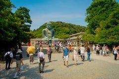 TOKIO, JAPÓN 28 DE JUNIO - 2017: Muchedumbre de gente que plantea y que toma imágenes en la estatua de bronce monumental del gran Fotos de archivo libres de regalías