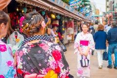 TOKIO, JAPÓN 28 DE JUNIO - 2017: Mujer no identificada que toma una imagen de su amigo en el templo budista Sensoji en Tokio Foto de archivo