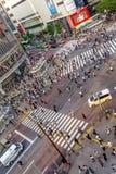 TOKIO, JAPÓN 28 DE JUNIO - 2017: Opinión superior la muchedumbre de gente que cruza en la calle de Shibuya, uno de los pasos de p Imagen de archivo