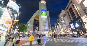 TOKIO, JAPÓN - 1 DE JUNIO DE 2016: Turistas en la noche en Shibuya Tokio Imagen de archivo libre de regalías