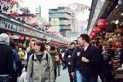 TOKIO, JAPÓN - 10 de marzo de 2016: Paseo de los turistas en Nakamise Dori Imagenes de archivo