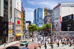TOKIO, JAPÓN - 18 de mayo de 2016: Shibuya, él ` s el distrito de las compras que rodea el ferrocarril de Shibuya Esta área se co Fotografía de archivo