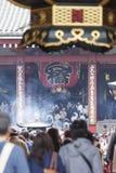TOKIO, JAPÓN - 2 DE MAYO: Muchedumbre de pueblo japonés que camina alrededor de Imagen de archivo libre de regalías