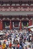 TOKIO, JAPÓN - 2 DE MAYO: Muchedumbre de pueblo japonés que camina alrededor de Fotos de archivo